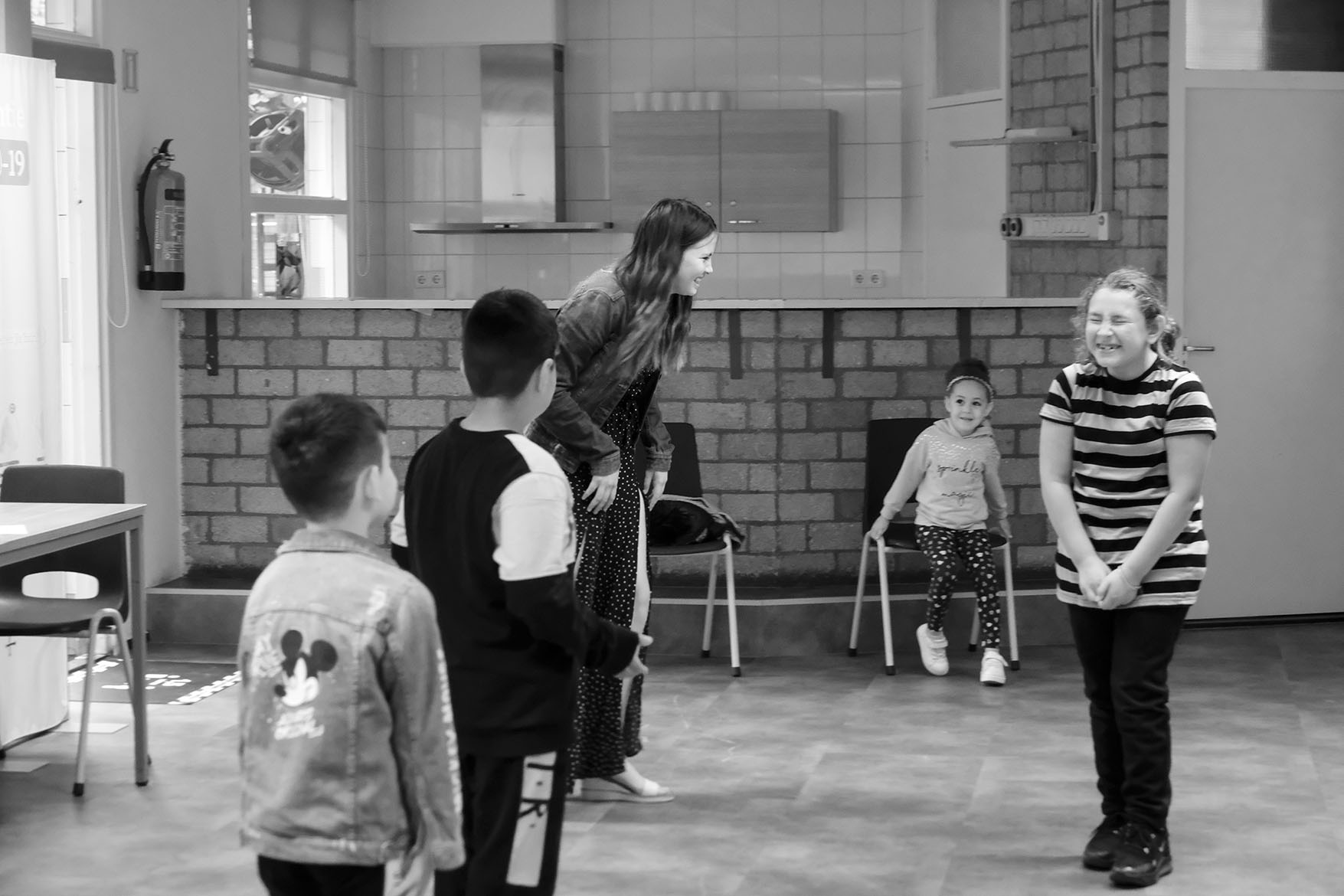 acting class at playground De Klimroos moving statue summerschool